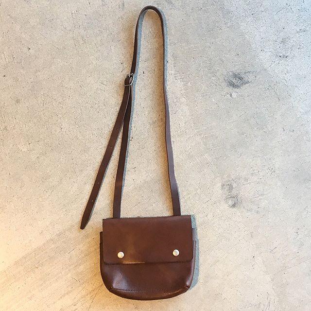 .クラッシックなカメラケースからインスピレーションを受けてデザインされたショルダーポーチ。.color ブラウン、ブラック.#MHL.#TOUGH LEATHER #ショルダーポーチ#ベジタブルタンニン#イタリアンレザー#leather#bag#hausmatsue #島根#松江