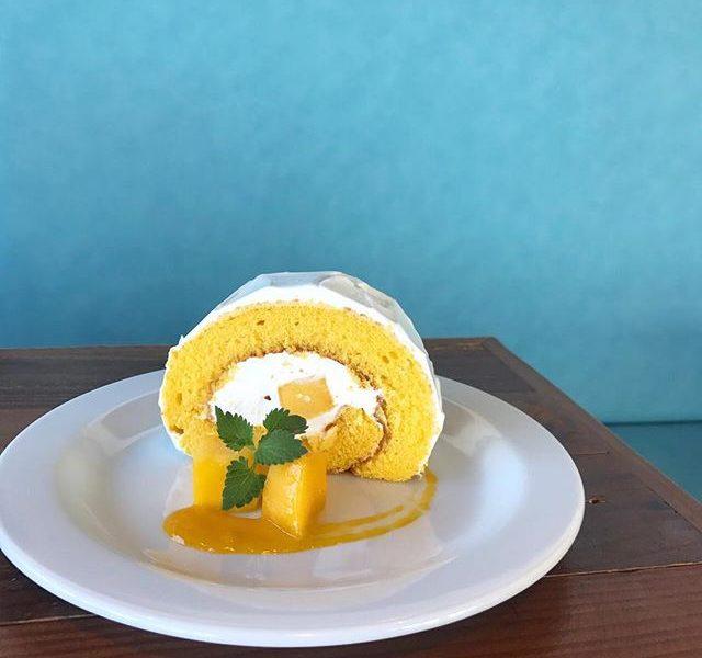 ..こんにちは〜︎明日から連休に入りますね。お盆も休まず営業しておりますのでお出かけの際にはぜひHAUSへお立ち寄りくださいね〜♡..◇写真 デザートメニュー〈 マンゴーロール 〉しっとりとしたマンゴーのスポンジ生地で甘さ控えめのクリームとマンゴーの果肉を巻きました。夏だけの期間限定デザートです!ぜひお試しください!… . 《HAUS営業時間》*ショップ 11:00-20:00.*ビストロカフェモーニング. 9:00-11:00 (Lo10:30)ランチ  11:30-14:00カフェ  14:00-18:00ディナー  18:00-21:00 (Lo20:15) ….#マンゴーロール #マンゴー#ロールケーキ #マンゴーソース#新メニュー #期間限定 #夏限定#cafestagram #instafood #cafe #カフェ #カフェ巡り#haus_matsue#hausmatsue #松江カフェ #島根カフェ #松江 #島根 #山陰