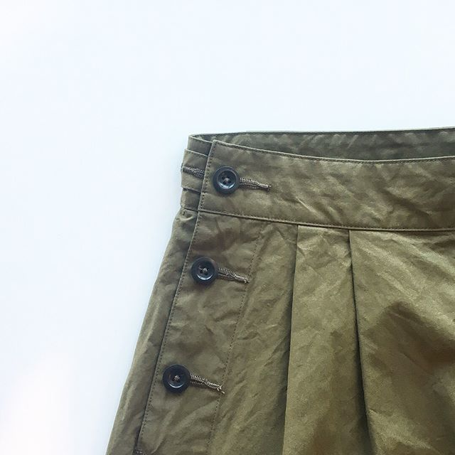 .暑い夏でも快適に過ごせるドライでナチュラルな膨らみのある肌触り。高密度に織り上げることで薄手ながらコシのあるタフな風合い。.color カーキ.#MHL.#DENSE COTTON POPLIN#製品洗い#skirt#hausmatsue #島根#松江