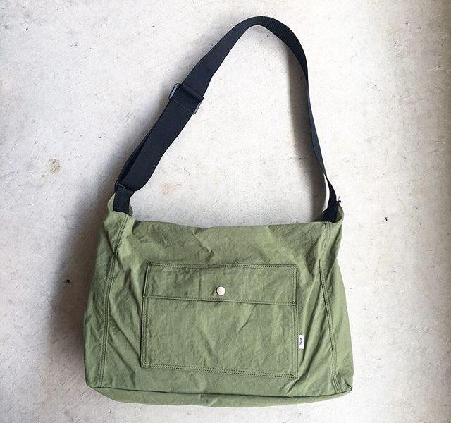 .MHL.MATT NYLONミリタリーバッグのディテールを基にアレンジしたデザイン。.ショルダータイプsize W43㎝、H36㎝、D14㎝.color カーキ、ブラック.#MHL.#MATT NYLON #bag#daypack#hausmatsue #島根#松江