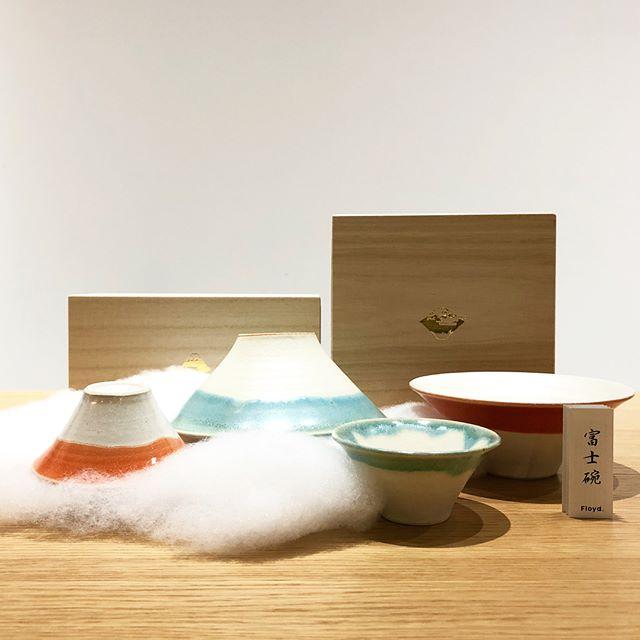 .富士山を見立て、長崎県波佐見の陶室で焼き上げられた「Floyd」の碗と御猪口白いマット釉薬にトルコ釉薬を後付けする事で表現された富士山の山肌と雪の境界が見事です。波佐見焼の持つ味わい深い表面とFloydらしいユーモラスな一面のバランスが見事な逸品です。.#floyd#fujichoco#fujiwan#haus#haus_matsue#hausmatsue #松江カフェ #島根カフェ#松江 #島根 #山陰