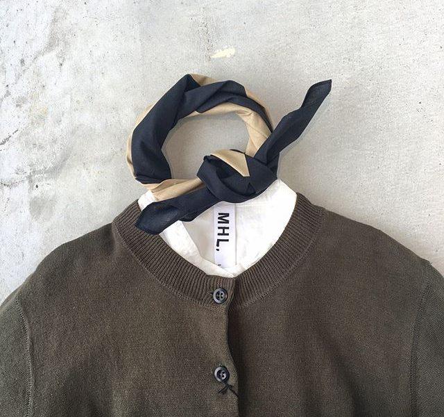 .いつもの白シャツに秋のカーディガンを羽織ってスカーフをひとまき。束の間の涼しさをたのしむのも良いですね。.あわせてこちらもどうぞ@haus_howell .#MHL.#fine slub cotton linen#knit#orange#green#hausmatsue #島根#松江
