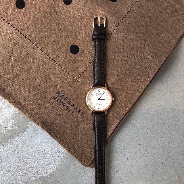 .秋らしいブラウンのベルトにゴールドのフレームの腕時計。.ビターな雰囲気に惹かれます。.#margarethowell #small second watch #leatherwatch #Watch#brown#hausmatsue #島根#松江