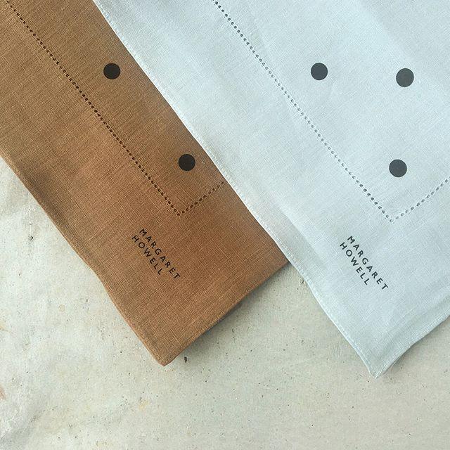 .新柄のリネンハンカチ入荷です。今までのハンカチにはないおおがらのスポットプリントはマーガレットハウエルらしいグラフィカルなデザイン。.color  Tan×Blaclk , Silver salt×Charcoal.size 52㎝×52㎝.HÅUSのハウエルのインスタはこちらからどうぞ@haus_howell ..#margarethowell #household goods#spot print picot hanky#handkerchief#linen#hausmatsue #島根#松江