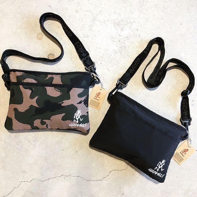 .人気のグラミチからサコッシュバッグが到着しております。お色はブラックとカモ柄の2パターン。ロゴ入りのストラップには伸縮性に富んだゴム素材が使われ体にフィットし易くなっています。本体にはロゴ刺繍が施されキャッチーなイメージです。秋のコーディネートのアクセントとして活躍間違いなしのこちら、是非チェックしてみてください◎.#gramicci#sacoche#outdoors#haus #haus_matsue #hausmatsue #松江カフェ #島根カフェ #松江 #島根 #山陰