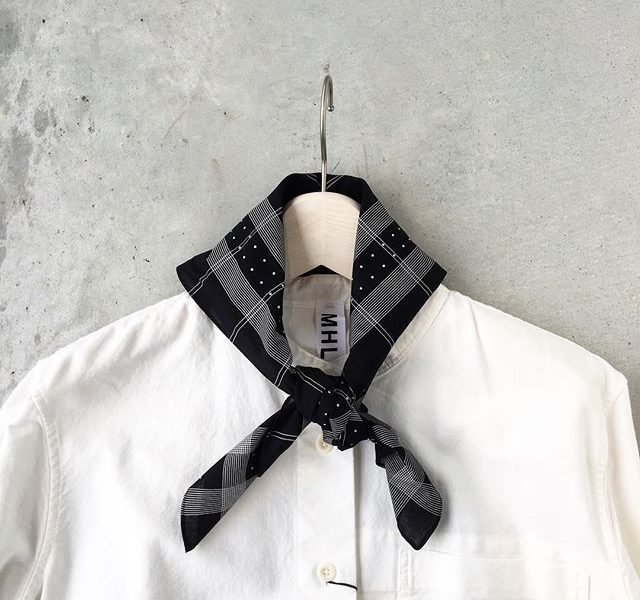 .MHLPRINTED SCARF.定番のヴィンテージスカーフを元に作られた大判スカーフ。入荷です。今シーズンより薄手の素材になってより巻きやすくなりました!.color  ブラック、ブラウン、カーキ.HÅUSのハウエルのインスタはこちらからどうぞ@haus_howell ..#MHL#PRINTED SCARF#scarf#bandanna#手捺染#hausmatsue #島根#松江