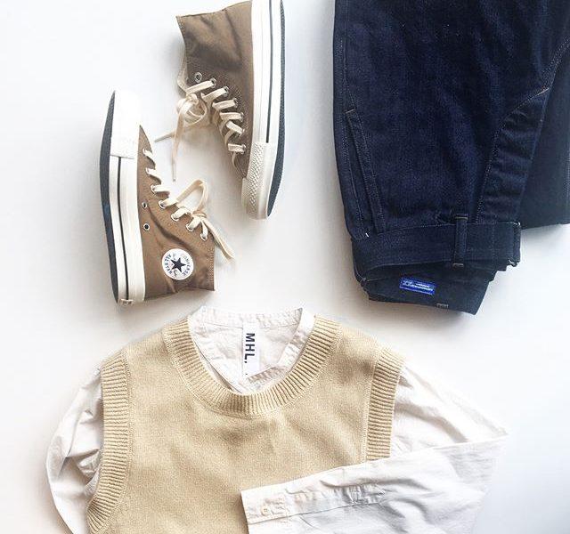 .すこしくすんだ懐かしい色合い。コットンベストも今がちょうどいい。.今まで着ていた白いTシャツに合わせても◎.HÅUSのハウエルのインスタはこちらからどうぞ@haus_howell ..#MHL. #dry cotton #vest#garment dye basic poplin #shirt#cantonoveralls #denim#allstar #highcut #sneaker#hausmatsue #島根#松江