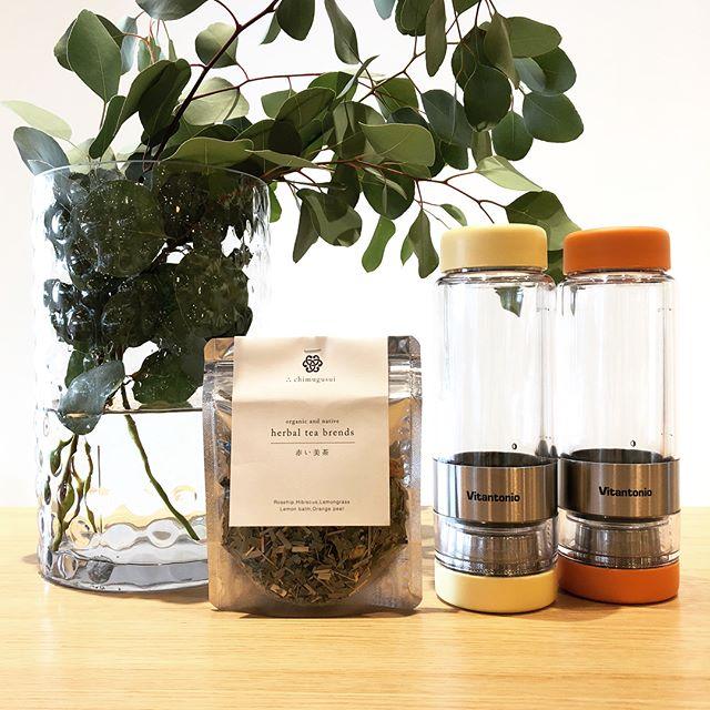 .「Vitantonio」のTWISTEAシリーズより、秋を感じさせる新色が到着しました.「ボトルをTWISTしてTEAの濃さをキープ」というテーマを持つ本商品。本体をひねる事で茶葉とお茶をセパレートし、お好みの抽出濃度をキープできます。お湯出しと水出しの両方に対応するので年中お使いいただけます。行楽シーズンのお供にいかがでしょうか◎.#vitantonio#twistea#bottle#haus #haus_matsue #hausmatsue #松江カフェ #島根カフェ #松江 #島根 #山陰