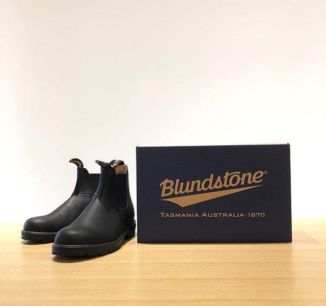 . 1853年オーストラリア発祥🇦🇺サイドゴアブーツの元祖として業界に名を馳せる「Blundstone(ブランドストーン)」。冬のブーツ、雨の日のレインシューズ、DIYやアウトドアなどに最適な存在である事から、究極のオールラウンドブーツとして世界から支持を得ています。.撥水性で汚れも落としやすいので、アウトドアシーンに持ってこい。更にアッパーにはウォータープルーフレザーを使用。撥水性、耐久性共に一級品で長年に渡りお使いいただけます。.100年以上に渡り世界中に名を馳せるBlundstone、是非店頭でお試しくださいませ◎.#blundstone#sidegoreboots #サイドゴアブーツ #outdoors#アウトドア#haus #haus_matsue #hausmatsue #松江カフェ #島根カフェ #松江 #島根 #山陰