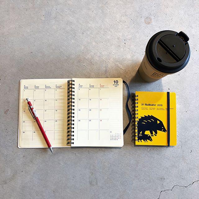 .10月始まりのダイアリーが「Rollbahn」から到着しました。2019年12月まで対応するので長くお使いいただけます。ミシン目付きで綺麗に切り取れる方眼メモページ、開閉留めのゴムなど毎日使いたくなる工夫が随所に施されています。秋からの新生活のご準備に一冊いかがでしょうか◎.#rollbahn#ロルバーン#diary#haus #haus_matsue #hausmatsue #松江カフェ #島根カフェ #松江 #島根 #山陰
