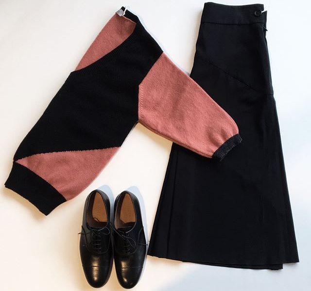 .キャットウォークショーにも登場した大胆な切り返しがグラフィカルで存在感のあるCOLOUR BLOCK JUMPER.color ルバーブ×ブラック.HÅUSのハウエルのインスタはこちらからどうぞ@haus_howell ….#margarethowell #COLOUR BLOCK JUMPER#knit#スコットランド製#glazed cotton cupra#skirt#lace-up shoes#leathershoes#革靴#hausmatsue #島根#松江