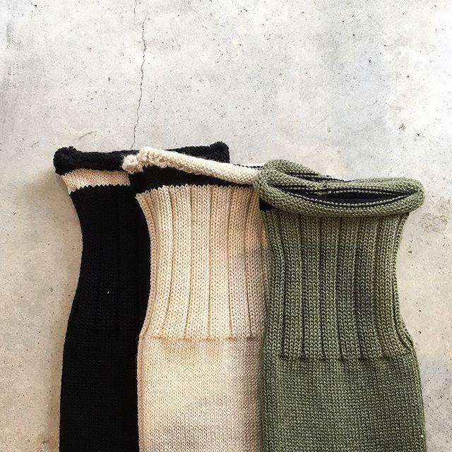 .綿の履きやすさとウールの温かみを兼ね備えたソックス。.ベーシックなブラック.やわらかなメランジの見え方が特徴的なライトベージュ.シーズンカラーのセージ.メンズ、ウィメンズ共に入荷してます。.HÅUSのハウエルのインスタはこちらからどうぞ@haus_howell ..#MHL.#ROLLED EDGE COTTON WOOL SOCK#socks#靴下#hausmatsue #島根#松江