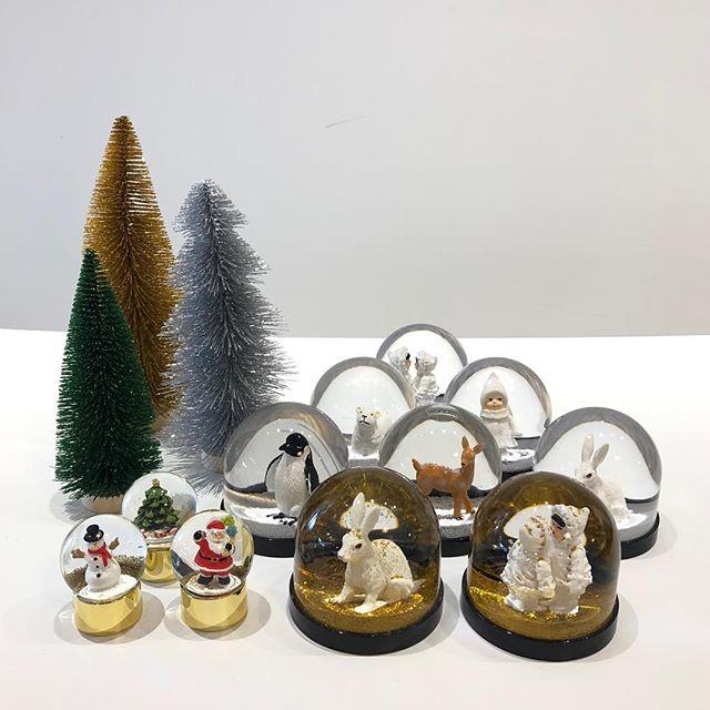 .早くもクリスマス雑貨が到着していますさまざまな動物たちが中に入ったスノードーム☃️掌大のボリュームあるサイズ感のものからコンパクトなものまでをご用意しております。「大掛かりではないけれど、さり気なくクリスマスムードを生活に味付けしたい。」そんな方に最適な逸品です◎種類が豊富にあるうちにぜひお越しくださいませ。.#snowdome#スノードーム#christmas#クリスマス#haus #haus_matsue #hausmatsue #松江カフェ #島根カフェ #松江 #島根 #山陰