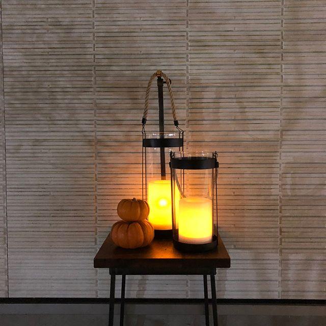 .ハロウィンの装飾にぴったりの「LEDランタン」が入荷しました本体に付属するソーラーパネルによって充電され、暗所に設置しているあいだキャンドルを模したLEDライトが点灯する仕組みです。点灯時間が6~8時間と長いのも嬉しいポイント。ハロウィンパーティで置けば一層ムードが盛り上がる事間違いなし。ぜひチェックしてみてください◎.#halloween#ハロウィン#ランタン#haus #haus_matsue #hausmatsue #松江カフェ #島根カフェ #松江 #島根 #山陰