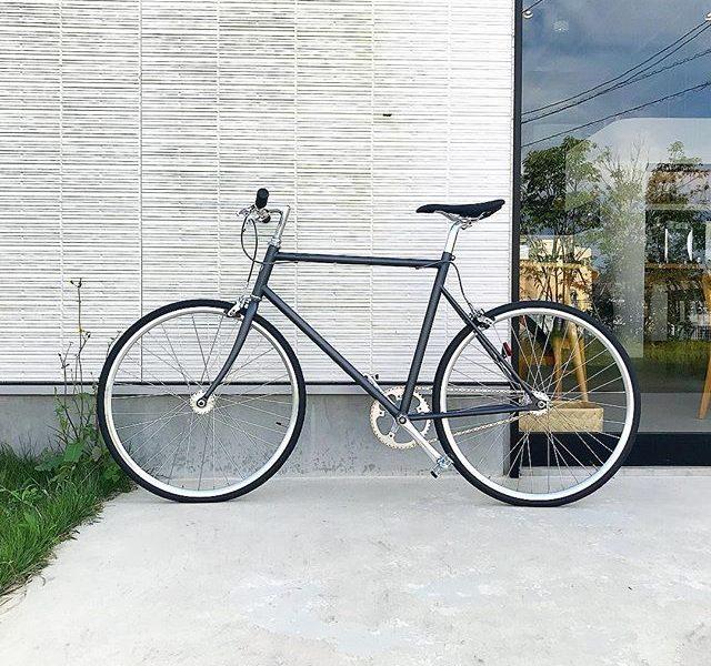 【tokyobike】.TOKYOBIKE SS マット仕様.自転車の普遍的なカタチでありながら一目でトーキョーバイクとわかるデザイン。.変速がないシングルギアならではのシンプルなスタイル。.足の力が路面にダイレクトかつスムーズに伝わる自転車。〈やっぱりシンプルが一番〉と思わせてくれるスポーツバイクです。…#hausmatsue #haus_matsue #haus#トーキョーバイク#tokyobike #自転車#スポーツバイク#山陰 #島根 #松江#島根カフェ#松江カフェ