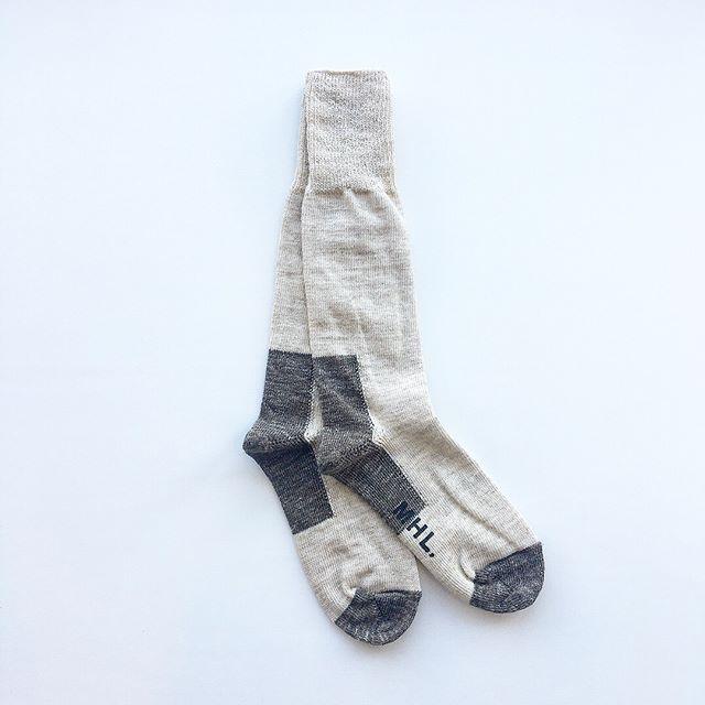 .寒くなってまいりましたね。そろそろ長めな靴下をゆるっと。.MHL.SHETLAND WOOL SOCK.かかととつま先に大胆な切り替えを施したデザイン。.color ライトベージュ、ブラック.HÅUSのハウエルのインスタはこちらからどうぞ@haus_howell ..#MHL.#SHETLAND WOOL SOCK#Shetlandwool#socks#靴下#hausmatsue #島根#松江