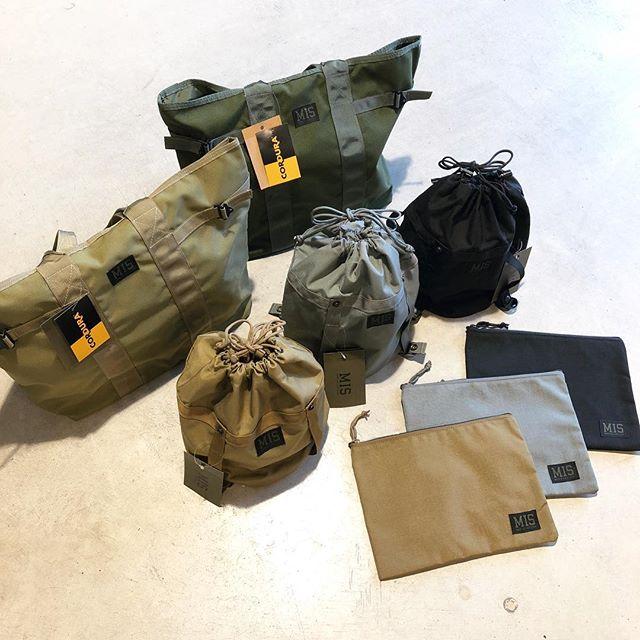 .【MIS】.アメリカ国防省から軍用品生産の認可を受けるMISより、新作のバッグが入荷しました。手持ちのクラッチバッグのほかタブレット端末の保護ケースとしても使える「TOOL PUUCH」、今年流行の巾着型の「COMPRESSION STUFF SACK」、以上2種類が新型として入荷しております。前回の入荷から大好評の大型トートは新色の「COYOTE TAN」が仲間入りしました。.どの型にも強靭な耐久性を持つコーデュラナイロンが使われているので長年に渡り使い続けることが可能です。アースカラーの配色で秋冬の服装にもマッチするかと。ご自分の生活スタイルに合わせた一品を見つけにお越しくださいませ。.#mis#エムアイエス#madeinusa#アメリカ製#military#ミリタリー#haus #haus_matsue #hausmatsue #松江カフェ #島根カフェ #松江 #島根 #山陰