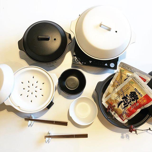 .【KINTO】.鍋シーズン到来に合わせIH対応の土鍋が入荷です和洋問わず、幅広いお料理にマッチするモダンなデザイン。直火、ハロゲンヒーターなど様々な熱源に対応する優れものです。ヘルシー志向の方には嬉しい、蒸し料理に対応する「すのこ」も付属しています。一人暮らしの方でも楽しめる1~2人用の小サイズ、家族団欒で囲める3~4人用の大サイズをそれぞれご用意しております。.鍋料理をより良いものにする洒落た鍋敷き、和風料理を格段に美味しくする「鰹ふりだし」も入荷しておりますぜひ土鍋と一緒にご覧ください◎.#kinto#kakomi#土鍋#鍋#鍋敷き#鰹ふりだし#haus #haus_matsue #hausmatsue #松江カフェ #島根カフェ #松江 #島根 #山陰