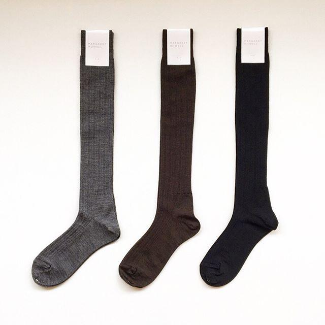 .リピーターさんも多い秋冬定番のハウエルのウールリブソックス.毛羽が少なく、表面のクリーンな細い糸の梳毛糸を使用。.薄手であったかいリブソックス少しルーズにくしゅっとさせてスカートと合わせてもおすすめです。.color グレー、ブラウン、ブラック.#MARGARETHOWELL #WOOL RIB SOCK#ribsocks#socks#靴下#hausmatsue #島根#松江