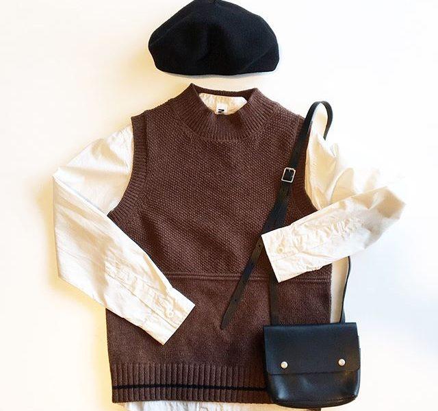 .フィッシャーマンジャンパーから着想を得た畦編みベスト。.ボトルネックの首まわりもポイント。動きのある重ね着が楽しめます。.collar ブラウン、カーキ.HÅUSのハウエルのインスタはこちらからどうぞ@haus_howell ..#MHL.#DRY LAMBS WOOL #knit#knitvest#shirt#béret#leatherbag#hausmatsue #島根#松江