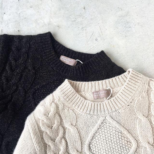 .冬の代名詞のケーブルニット。もこもことあったかい編み地を見ると、これからやってくる寒い冬も心なしかたのしみに。.color ライトグレー、ブラウン.HÅUSのハウエルのインスタはこちらからどうぞ@haus_howell ..#MARGARET HOWELL #CABLE KNIT#cableknit#cashmere#silk#Christmas#日本製