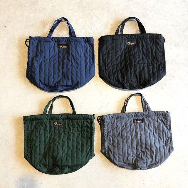 .Made in japan。様々なジャンルのファブリックを手掛ける「NAPRON」よりボア素材を用いた巾着式バッグが到着しております。丸みある可愛らしいシルエットと季節感あるボア素材のバランスが見事な逸品です。間口に仕込まれた紐を絞ることで巾着のような形状に変化させる事ができます。もちろん絞らずそのままの形状で使っても◎「人と違う秋冬らしい雰囲気を持つ鞄がほしい」そんな方は是非チェックしてみてください。.#napron#ナプロン#madeinjapan#巾着バッグ #haus #haus_matsue #hausmatsue #松江カフェ #島根カフェ #松江 #島根 #山陰