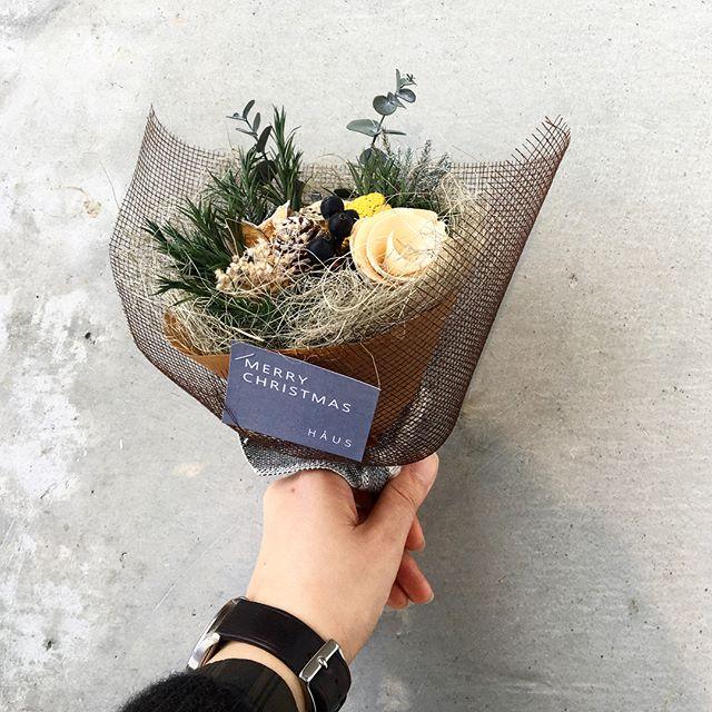 HÅUSより、すこし早めのクリスマスプリザのクリスマスブーケプレゼント!.明日11/23(金・祝)〜12/2(日)の10日間HÅUSのハウエルブースにて30000円以上お買い上げの方に日頃の感謝の気持ちを込めたプリザのブーケを先着順にてプレゼント!ニットなど新作もたくさん届いております。ぜひ、この機会にご来店くださいませ。.️手作りですので数に限りがございます^^;気になる方はお早めにご来店くださいませ🌲…#Christmas#Xmas#bouquet#present#Specialweek##hausmatsue #島根#松江