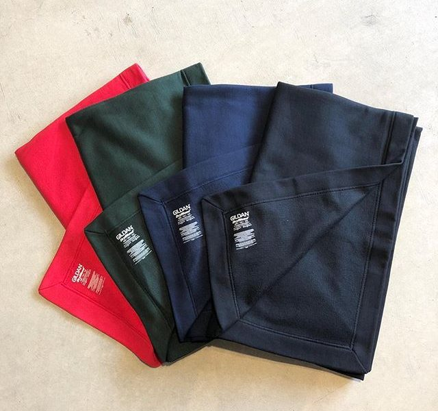 .【GILDAN】.アメリカの代表的なTシャツブランドである「GILDAN」のフリースブランケット。GILDANの代表的なファブリックであるスウェットパーカーの生地感を使用しています。152cm×127cmの大判サイズ、裏地は起毛しており冬場は暖かく身体を包み込みます。家庭用洗濯機での洗濯が可能なのも嬉しいポイント。アウトドアシーンから寝室まで対応するこちら、ご家庭に一枚いかがでしょうか◎.#gildan#ギルダン #ブランケット#フリース#haus #haus_matsue #hausmatsue #松江カフェ #島根カフェ #松江 #島根 #山陰