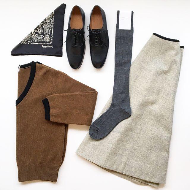 .長い靴下やタイツがはける冬はスカートがはきたくなる。.そしてひさしぶりのVネックのニットは気持ちがしゃきっとする。.冬もお洋服はたのしい.HÅUSのハウエルのインスタはこちらからどうぞ@haus_howell ..#MARGARET HOWELL#CONTRASTV NECK JUMPER#cashmere#rum#knit#TINY HERRINBONE WOOL#skirt#WOOL RIB SOCK#socks#靴下#lace-up shoes#革靴#silk scarf#ペイズリー#hausmatsue #島根#松江
