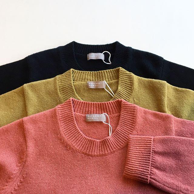 .カシミヤとラムの特性を備えた暖かく優しい素材のニット入荷です。.幅の広い衿リブに折り返しになった袖口がポイント。.color  rhubarb(ピンク)、pear(イエロー系)、ブラック.HÅUSのハウエルのインスタはこちらからどうぞ@haus_howell ..#MARGARETHOWELL#wool cashmere jumper#knit#hausmatsue #島根#松江