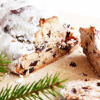 .多数ご予約いただきました北の住まい設計社の「オリジナルシュトーレン」少数ながらも店頭販売分もご用意ございます!.北海道の東川町のメーカー、「北の住まい設計社」が手掛けるオリジナルシュトーレン。ドイツの伝統菓子であるシュトーレンは、今やクリスマススイーツの代表としても名を馳せていますたっぷりとバターを染み込ませた生地に、シナモンの香りとドライフルーツの優しい酸味、ナッツの香ばしさが口の中にたちまち広がる逸品です◎.日持ちを考慮した製法なので長い期間で少しずつ召しあがれるのも嬉しいポイントですね。ドイツの伝統菓子シュトーレンでちょっと贅沢なクリスマスを過ごしてはいかがでしょうか.#北の住まい設計社#シュトーレン#クリスマス#christmas#haus #haus_matsue #hausmatsue #松江カフェ #島根カフェ #松江 #島根 #山陰