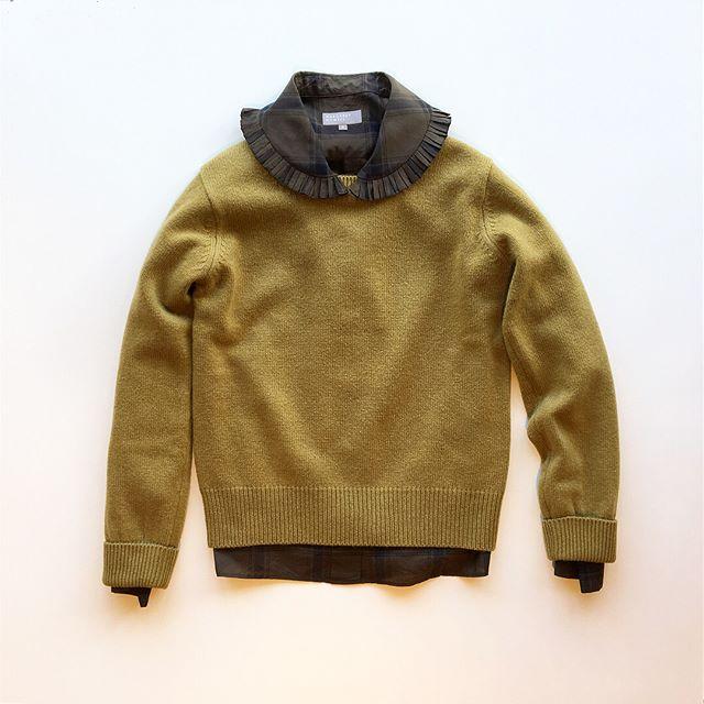 .梨という意味のPear(ペアー)のイエロー系ニットとパイ生地の耳をイメージしてデザインされたチェック柄のPie Crust shirt.ハウエルらしいどこか懐かしくてあたらしい組み合わせ。.HÅUSのハウエルのインスタはこちらからどうぞ@haus_howell ..#MARGARETHOWELL#wool cashmere jumper#knit#cotton silk Check#pie crust shirt #shirt#Check#hausmatsue #島根#松江