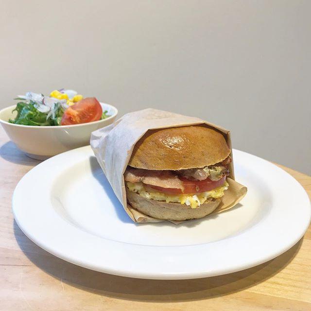 ..こんばんは〜本日もご来店ありがとうございます!.明日からベーグルサンドの内容が新しくなります♡.◇写真ランチ・カフェメニュー< 自家製スモークチキンのベーグルサンド >自家製スモークチキンとれんこん入りポテトサラダを挟んだ食感が楽しいベーグルサンドです◎.サラダもセットになっているのでボリューム満点です!.ぜひお試しください〜♩..◎営業時間のお知らせ12/1 (土) close 17:00  l.o 16:30団体様の貸切予約の準備の為17時クローズとさせていただきます。ご迷惑をお掛け致しますが何卒、ご理解の程よろしくお願い致します。…#lunch #ランチ#ベーグルサンド #ベーグル #bagel #🥯#sandwich #サンドイッチ #自家製スモークチキン#cafe #カフェ #カフェ巡り#hausmatsue #haus_matsue #松江カフェ #島根カフェ#松江 #島根 #山陰#松江ランチ
