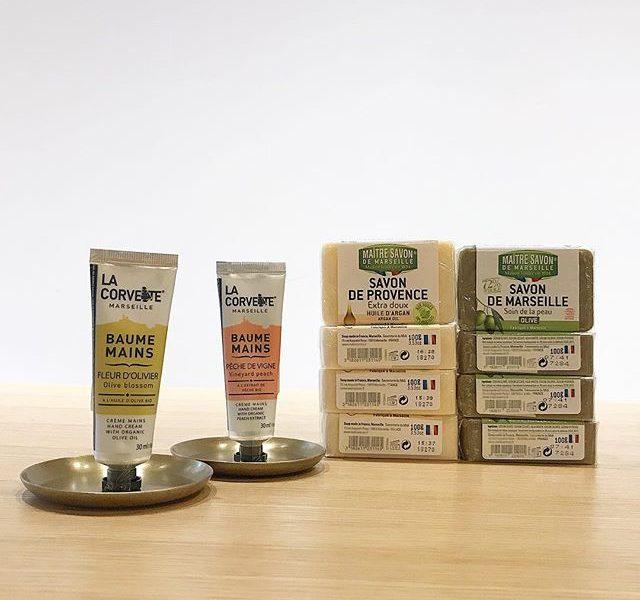 .【ハンドクリーム&ソープ】.植物由来の高保湿成分を配合しているハンドクリーム。.ヴィンヤードピーチオリーブブロッサム2種類のご用意。.べたつかず、手肌にうるおいを与えます。また30mlと使い切りやすい容量で持ち運びしやすいコンパクトサイズ︎.冬の乾燥にもってこいのソープ🧼マルセイユ オリーブはオリーブオイル配合でお肌がうるおう保湿タイプ。.プロヴァンス アルガンはきめ細やかな泡がお肌をさっぱりと洗いあげてくれるタイプ。.洗顔後、乾燥でつっぱってしまうお悩みを少しでもカバーしてくれるソープです🧼…#hausmatsue #haus_matsue #haus#ハンドクリーム#洗顔石鹸#マルセイユ石鹸 #アルガンオイル#山陰 #島根 #松江#島根カフェ  #松江カフェ