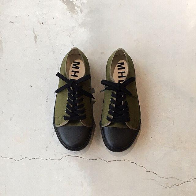 d4f1621ef56 新色はカーキ。カーキのアッパーに黒のソールと靴紐がグラフィカルで新鮮な配色です。.color カーキ、ブラック、ホワイト メンズ、ウィメンズ共に入荷してます。#MHL.