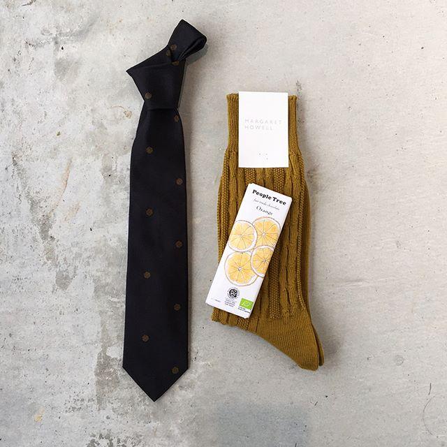 そろそろバレンタイン。チョコレートと何を贈ろう。あれこれ考えてます。まずはお仕事で使ってもらえるネクタイはいかがでしょう。春はシルクのタイ。ほのかに光沢もあってとても素敵です。あわせてこちらもどうぞ@haus_howell #margarethowell #valentine #peopletree #chocolate#dotted spot tie#tie#silk#cable sock#socks#gift#hausmatsue #島根#松江