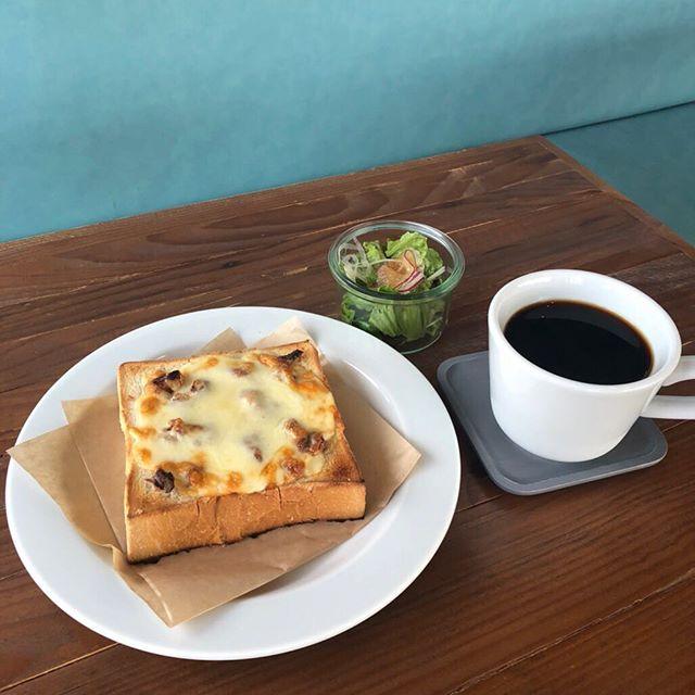 ..こんばんは〜本日もご来店ありがとうございました。..◇写真モーニングメニュー〈 くるみチーズトースト&サラダ・ドリンクSET 〉.しっとりチーズのトーストにくるみの香りと食感がアクセントに。気軽な朝食をお楽しみください︎..明日も9時からモーニング営業しております。ご来店お待ちしております︎…. . . 《HAUS営業時間》*ショップ 11:00-20:00.*ビストロカフェモーニング. 9:00-11:00 (Lo10:30)ランチ  11:30-14:00カフェ  14:00-18:00ディナー  18:00-21:00 (Lo20:15)..#morning #morningplate #breakfast #モーニング #モーニングプレート #朝食#トースト #toast ##チーズトースト #cheesetoast #cafe #カフェ #カフェ巡り#haus_matsue#hausmatsue #松江カフェ #島根カフェ #松江 #島根 #山陰#島根旅行