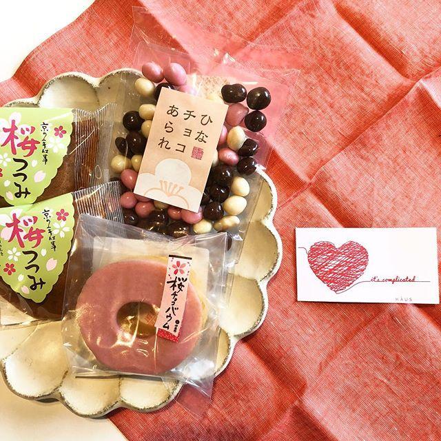 .京菓子とバレンタイン.「今年のバレンタインは何を贈ろう…🤔」そんな方にHÅUSから和洋折衷のバレンタインをご提案。.京都の老舗菓子屋である伊藤軒より、春物のお菓子を多数ご用意しました。チョコレートにちなんだお菓子ほか、春らしいフレッシュな気分にさせてくれる物が盛り沢山です。もちろんご自分用としても◎この三連休、ぜひともHÅUSへお越しくださいませ。.#伊藤軒#京菓子#バレンタイン#チョコレート#バームクーヘン#haus #haus_matsue #hausmatsue #松江カフェ #島根カフェ #松江 #島根 #山陰