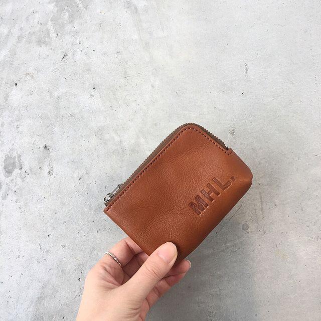 .MHL定番のレザーシリーズ。ディテールを可能なかぎり削ぎ落とし、よりシンプルさを求めたアイテム。それぞれの用途で使用できる牛革素材のポーチです。color  Tan 、Blackあわせてこちらもどうぞ@haus_howell .#MHL.#basic leather #leather#porch#hausmatsue #島根#松江