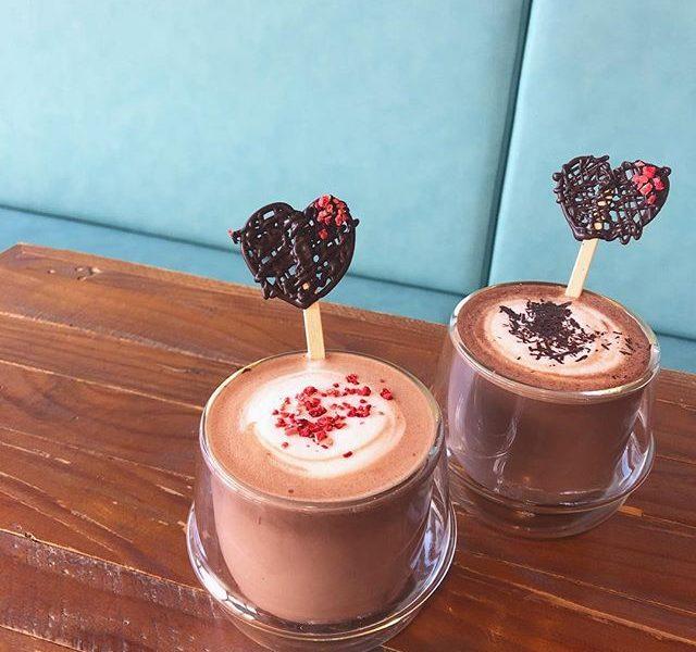 ..こんにちは〜︎今日は2月14日、バレンタインですね♡..〈 ホットチョコレート&ストロベリーショコラ 〉チョコレート好きにはたまらない2つの濃厚なチョコレートドリンク。バレンタイン期間限定でハートのチョコレート付きです♡お好みでマシュマロトッピングも!ぜひお試しくださいね〜!..本日も21時まで営業しております。(ラストオーダー 20時15分)ご来店お待ちしております。..#期間限定 #冬限定 #winter#バレンタインデー #valentineday #drink #ドリンク#ホットチョコレート#ストロベリーショコラ#chocolate #チョコレート ##ストロベリー #いちご#マシュマロ#takeout #テイクアウト#cafe #カフェ #カフェ巡り#hausmatsue #haus_matsue #松江カフェ #島根カフェ#松江 #島根 #山陰 #島根旅行