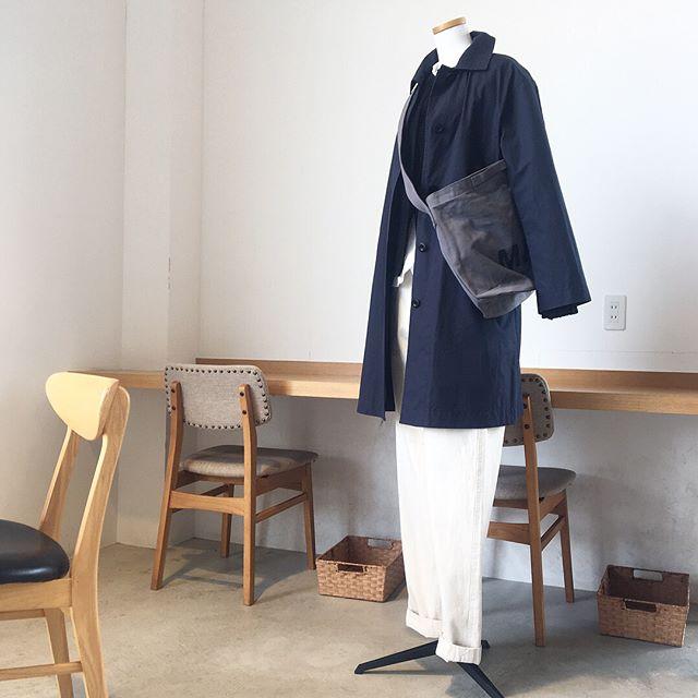.そろそろ冬のコートから春のコートへ。軽くゆとりのあるサイズ感のステンカラーコート。まだ厚着のニットの上でも着れるサイズ感。color ベージュ、ネイビーsize  Ⅰ . Ⅱあわせてこちらもどうぞ@haus_howell .#MHL.#dry wax cotton nylon#ステンカラーコート#hausmatsue #島根#松江