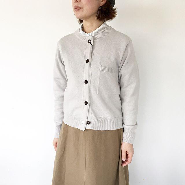 .低い位置についた胸ポケットがポイントのクルーネックカーデ。羽織るだけでなく釦を全部留めてプルオーバーの様にして着るのも今年らしい着こなしです。ウィメンズと共にVネックのメンズのカーデも入荷してます^ ^color ライトグレー、チャコール#MHL#DRY SLUB COTTON#cotton#knit#hausmatsue #島根#松江