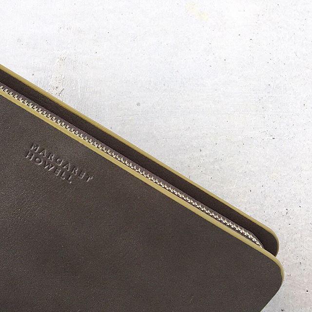 .新しく迎える春に新しいお財布。気持ちの良いスタートにハウエルのお財布。切りっぱなしのレザーの始末がポイントになったSMOOTH LEATHER WALLET入荷しましたカード段も充実して収納にも優れてます。グレーにはシトラスのカラータンにはチャコールのカラーがポイントに。color  グレー、タン#margarethowell #smooth leather wallet#wallet#長財布#hausmatsue #島根#松江