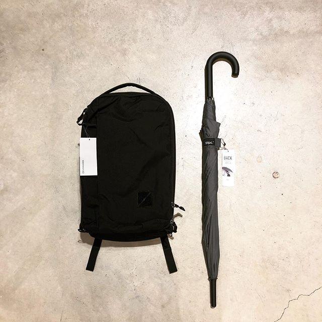 .【Wpc.】.雨の日の街移動の際に背負ったバックパックを濡らさない「BACK PROTECT UMBRELLA」。折りたたんだ状態は一見普通のジャンプ傘ですが、開くと背面の保護カバーにあたる部分が現れます。近未来的なデザインになりますのでEVERGOODSなど都会的なデザインのバックパックと合わせて使いたいところ。この春はファッション性のある傘を持って周りと差を付けてはいかがでしょうか。.#wpc#ワールドパーティ#haus #haus_matsue #hausmatsue #松江カフェ #島根カフェ #松江旅行#島根旅行#松江 #島根 #山陰
