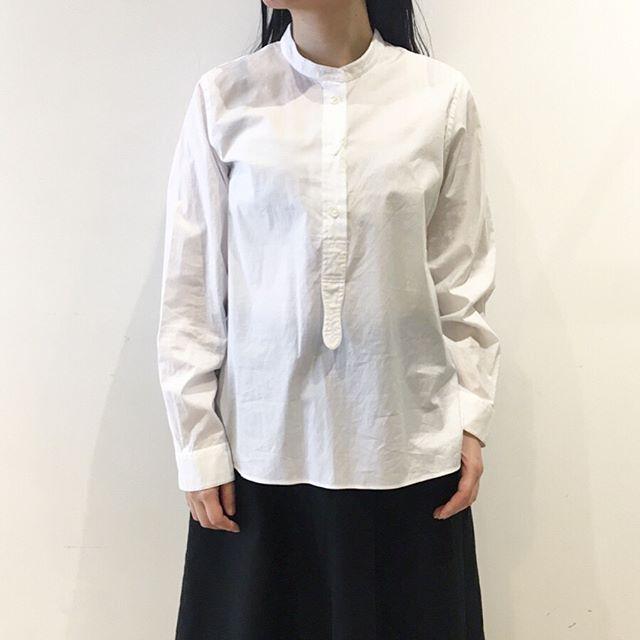 .繊細なスイスコットンを使用し紡績、整経、製織、仕上げ全てもスイス国内で一貫生産されるCHINZ COTTON しっとりとした肌触りでリピーターさんも多い1枚です。color ホワイトあわせてこちらもどうぞ@haus_howell .#margarethowell #CHINZ COTTON#favoriteshirt#shirt#Suissecotton#🇨🇭#hausmatsue #島根#松江
