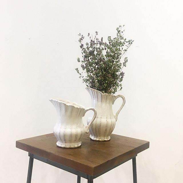 .春の白い花器入荷しました。真っ白ではなくベースにブラウンも混じったアンティークな印象がとても素敵です。お部屋に春の花をどうぞ。#noma#flowervase #antique#country#wedding#hausmatsue #島根#松江