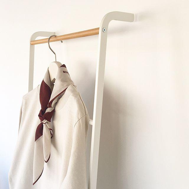 .船の信号旗のようなシンプルでグラフィカルなプリントスカーフ。今シーズンはブランドロゴを加えデザインをアップデート。巻き方によって色の出方の分量が変わるのが面白いですcolor レッド、ネイビー、チャコールあわせてこちらもどうぞ@haus_howell ..#MHL.#fine cotton plain wave#scarf#手捺染#hausmatsue #島根#松江
