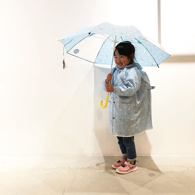 .デザイン性の高い雨の日グッズを手掛ける「Wpc.」から、とっても可愛いキッズ用のアイテムが入荷しました◎今日のような雨模様の週末も思わずお出掛けしたくなりそうなポップなデザイン。レインコートは「100-120」と「120-140」の2サイズをご用意。傘もレインコート同様のデザインでセットでまとめてコーディネートしていただけます。専属モデルのTちゃんもとっても可愛く着てくれましたよ️とっておき感満載のWpc.の雨の日グッズを是非ご覧にお越しくださいませ◎.#wpc#ワールドパーティ#雨の日グッズ#子ども用#haus #haus_matsue #hausmatsue #松江カフェ #島根カフェ #松江旅行#島根旅行#松江 #島根 #山陰