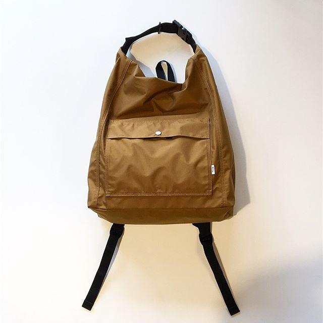 .ミリタリーバッグのディテールを基にアレンジした個性的なデザインは大きなファスナー口とその両端をアジャスターで1つにまとめるデザインが最大の魅力。MHL.MATT NYLONcolor ブラウン、グレーsize W35㎝、H49㎝、D14㎝あわせてこちらもどうぞ@haus_howell .#MHL#matt nylon #militarybag#shoulderbag