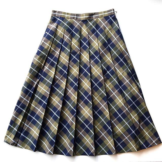 .綺麗な色合いのオリーブグリーンとネイビーが印象的なスカート。ミドルヒップ位置でプリーツが消える特徴的なデザインなのでお腹周りはすっきりと縦に長いシルエットで上品なラインに。color ネイビーsize  Ⅱ#margarethowell #windowpane check #skirt#hausmatsue #島根#松江